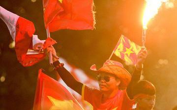 Cổ động viên đốt pháo sáng đỏ rợp trời trước giờ xung trận của đội tuyển Việt Nam