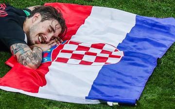 Cặp trung vệ ôm nhau tình tứ, quốc kỳ Croatia biến thành chiếc gối êm ái của hậu vệ Vrsaljko