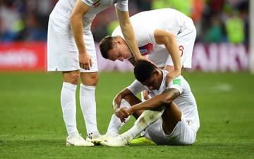 """Hiểu sai luật giao bóng, cầu thủ Anh định """"đánh lén"""" khi Croatia ăn mừng"""