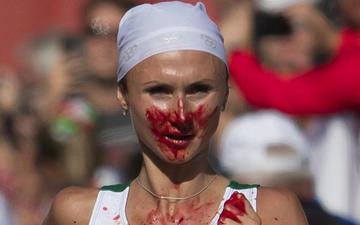 Bị chảy máu cam và chạy sai đường, nữ VĐV marathon vẫn kiên cường về nhất