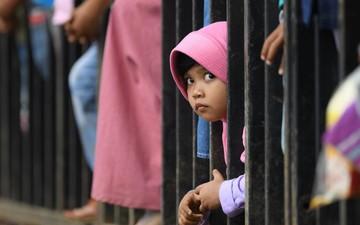 Người dân Indonesia nô nức ra đường cổ vũ các Cua-rơ đua xe đạp đường trường ASIAD 18