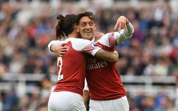 Ozil ghi bàn trong ngày đặc biệt với Arsenal
