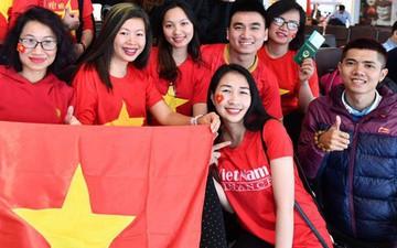 Bất chấp cái lạnh của Hà Nội, hàng trăm CĐV Việt Nam hừng hực khí thế lên đường cổ vũ đội tuyển Việt Nam