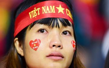 CĐV Việt Nam bật khóc khi chứng kiến các tuyển thủ buồn bã sau thất bại đáng tiếc