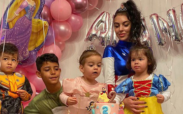 """Ronaldo vắng nhà trong ngày sinh nhật con gái rượu, bạn gái Georgina hóa thân thành """"Đội trưởng Mỹ"""", một tay quán xuyến 4 nhóc tì"""