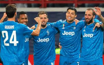 """Biểu cảm cực hài hước của Ronaldo khi chứng kiến đồng đội """"cướp"""" một bàn thắng mười mươi"""