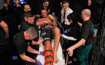 Võ sĩ đau đớn, đổ gục xuống sàn sau pha gãy chân kinh hoàng