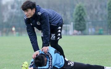 Bùi Tiến Dũng chấn thương vẫn hỗ trợ đồng đội tập luyện trước trận đấu ở Cúp châu Á