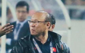 Học trò bị phạm lỗi thô bạo, HLV Park Hang-seo lao ra phản ứng cực gắt với trọng tài