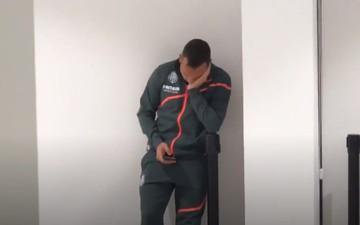 Xúc động cựu sao Arsenal đứng khóc một mình vì tình cảnh của CLB