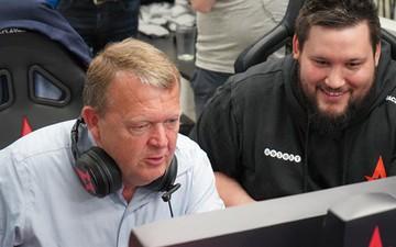 Thủ tướng Đan Mạch xắn tay áo ngồi chơi game cùng đội tuyển chuyên nghiệp