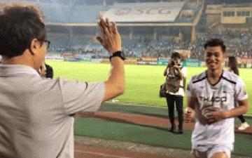 Văn Thanh sà vào lòng HLV Lee Young-jin và bác sĩ Choi Ju-young sau chiến thắng của HAGL trước Viettel