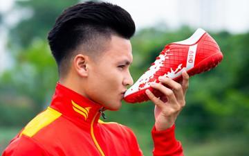 Việt Nam có dòng giày bóng đá mang tên Quang Hải