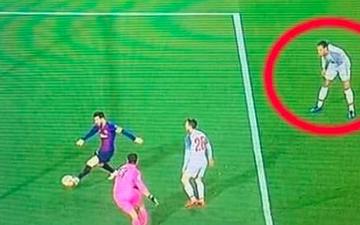 Hậu vệ hay nhất thế giới khom lưng chống gối, bất lực nhìn Messi ghi bàn