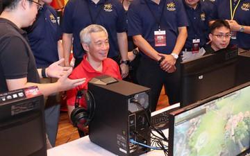 """Thủ tướng Singapore """"xắn tay áo"""" ngồi chơi điện tử, hào hứng với sự phát triển của Esports nước nhà"""