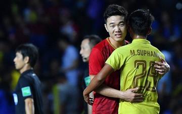 Xuân Trường an ủi đàn em tại Buriram United sau pha kiến tạo đem về chiến thắng cho tuyển Việt Nam trước Thái Lan