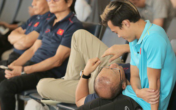 HLV Park Hang-seo gối đầu lên đùi Văn Toàn đầy tình cảm tại sân bay