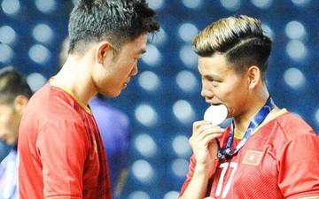 Góc làm gì cho đỡ buồn: Xuân Trường, Văn Thanh cắn huy chương, Tiến Dũng liếc team vô địch bằng ánh mắt hài hước