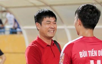 Cựu HLV trưởng đội tuyển Việt Nam niềm nở chúc mừng Tiến Dũng và bạn gái sau đám hỏi