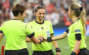 Tổ trọng tài nữ lần đầu xuất hiện trong trận chung kết Siêu cúp được fan ca ngợi hết lời dù mắc sai lầm khiến trận đấu kết thúc sớm