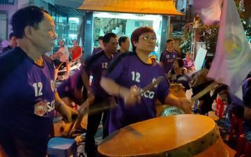 Không được vào sân cổ vũ, CĐV Hà Nội vẫn tập trung bên ngoài sân Hàng Đẫy tiếp lửa cho các cầu thủ