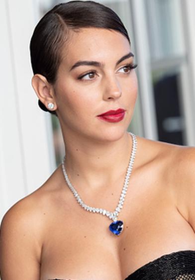 Chẳng cần hở bạo như Ngọc Trinh, bạn gái Ronaldo vẫn khiến fan ná thở vì quá xinh đẹp, nóng bỏng và thần thái ngút ngàn khi xuất hiện ở Cannes