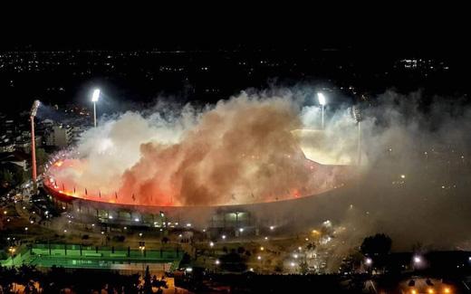 CĐV đội bóng Hy Lạp đốt hàng nghìn quả pháo sáng, biến sân nhà thành biển lửa để ăn mừng cúp vô địch sau 34 năm chờ đợi