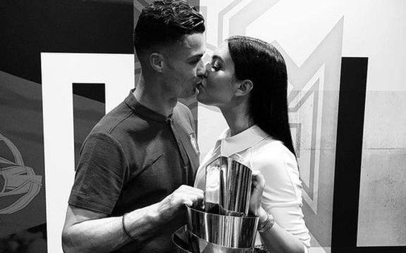 Chứng kiến Ronaldo thêm một lần nâng cúp, cô bạn gái xinh đẹp đã kịp đánh dấu chủ quyền bằng hành động chưa từng có này
