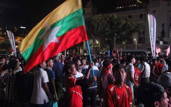 Bạn bè quốc tế sửng sốt trước hành động đẹp của CĐV Myanmar ở AFF Cup 2018