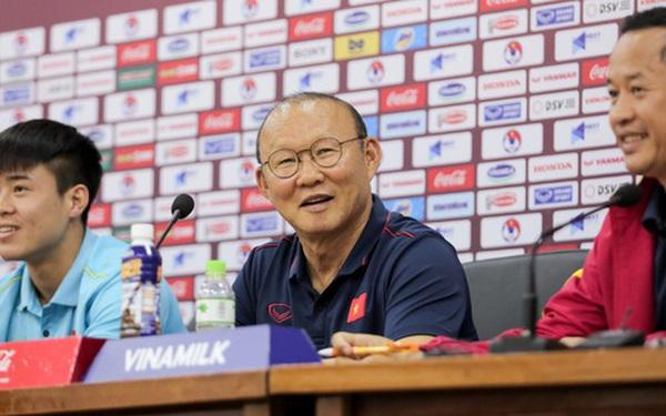 Nhận câu hỏi về Công Phượng, HLV Park Hang-seo trả lời đúng 1 từ bằng tiếng Anh làm cả phòng họp phấn khích