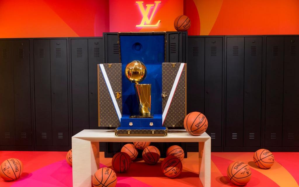 Trước khi đến tay đội vô địch, cúp vàng Larry O'Brien của NBA 2020 được đặt trong vali Louis Vuitton sang chảnh nhường này
