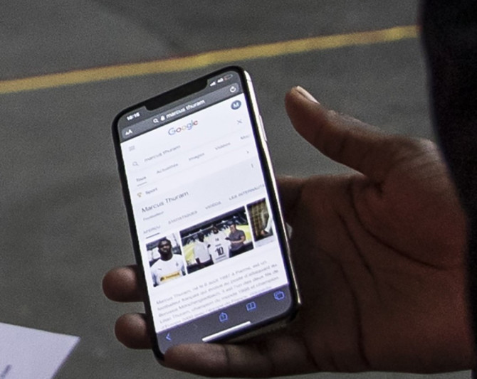 """Bất cẩn quên sạch giấy tờ khi đến sân, sao bóng đá đành phải mở điện thoại nhờ """"chị Google"""" và nhận về cái kết cực may mắn - Ảnh 2."""