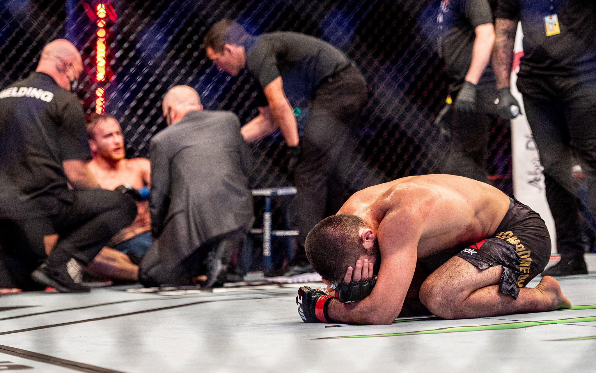 """Xúc động khoảnh khắc """"Độc cô cầu bại"""" Khabib gục xuống sàn đấu khóc nức nở sau chiến thắng trước Gaethje tại UFC 254"""