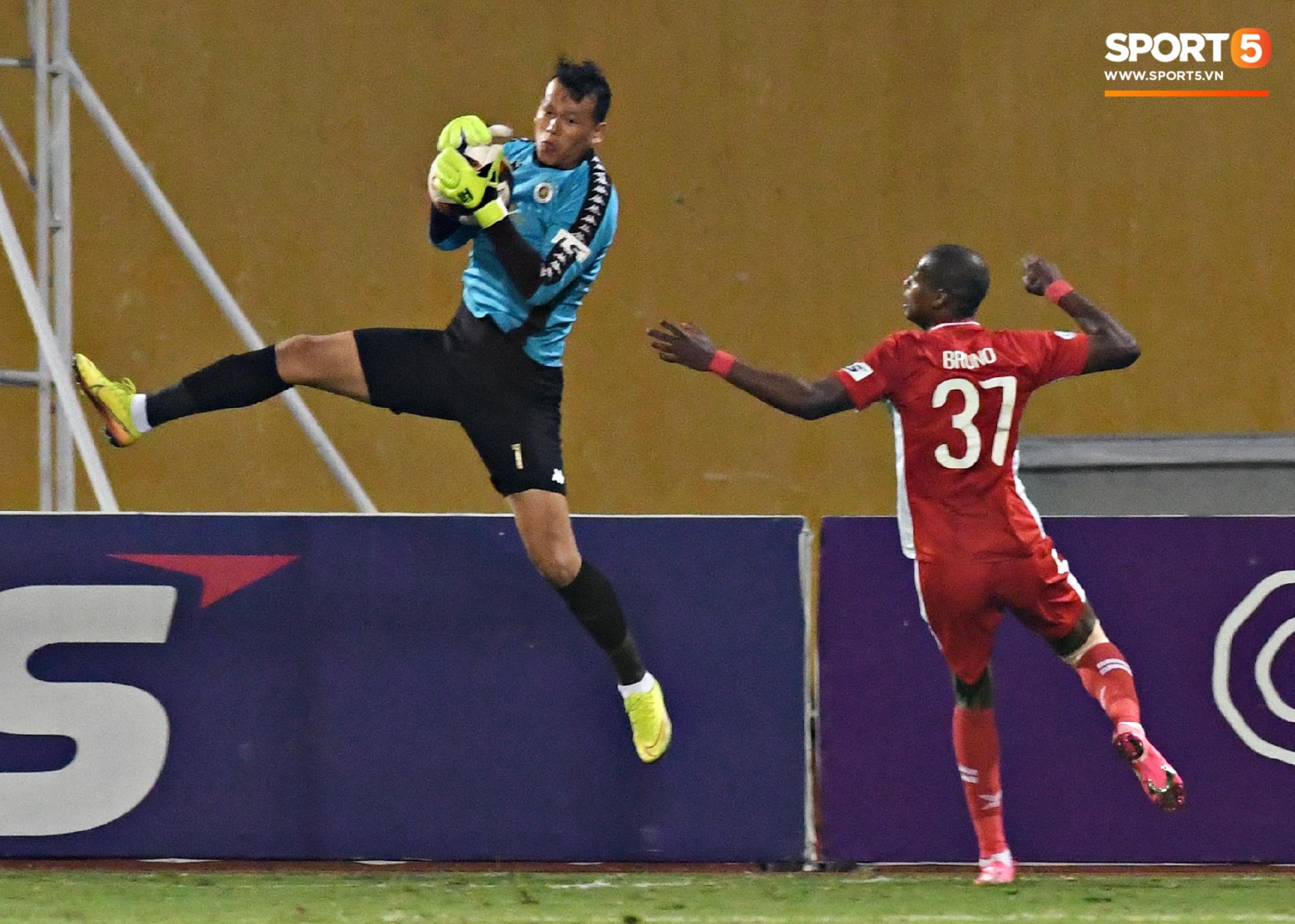 Quang Hải biểu diễn kỹ năng đỡ bóng không cần nhìn cực điệu nghệ, đi bóng khiến hàng thủ Viettel FC hỗn loạn - Ảnh 11.