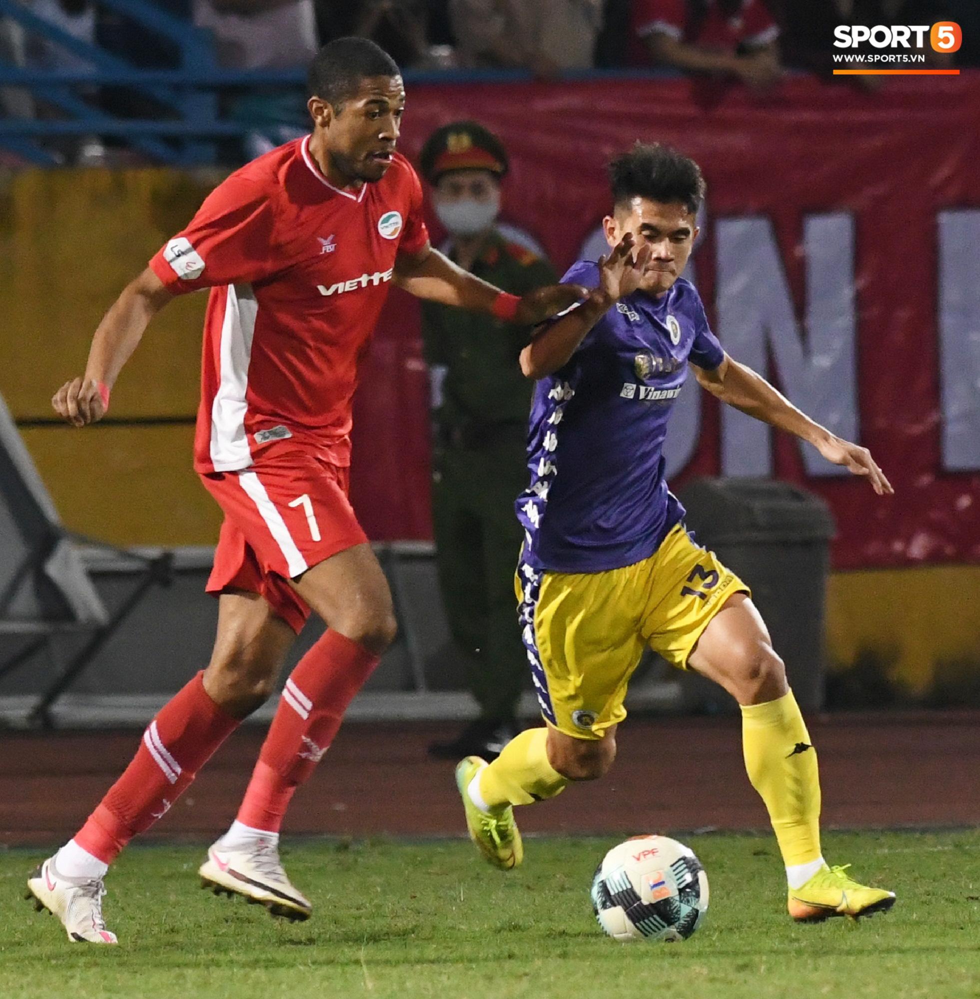 Quang Hải biểu diễn kỹ năng đỡ bóng không cần nhìn cực điệu nghệ, đi bóng khiến hàng thủ Viettel FC hỗn loạn - Ảnh 10.