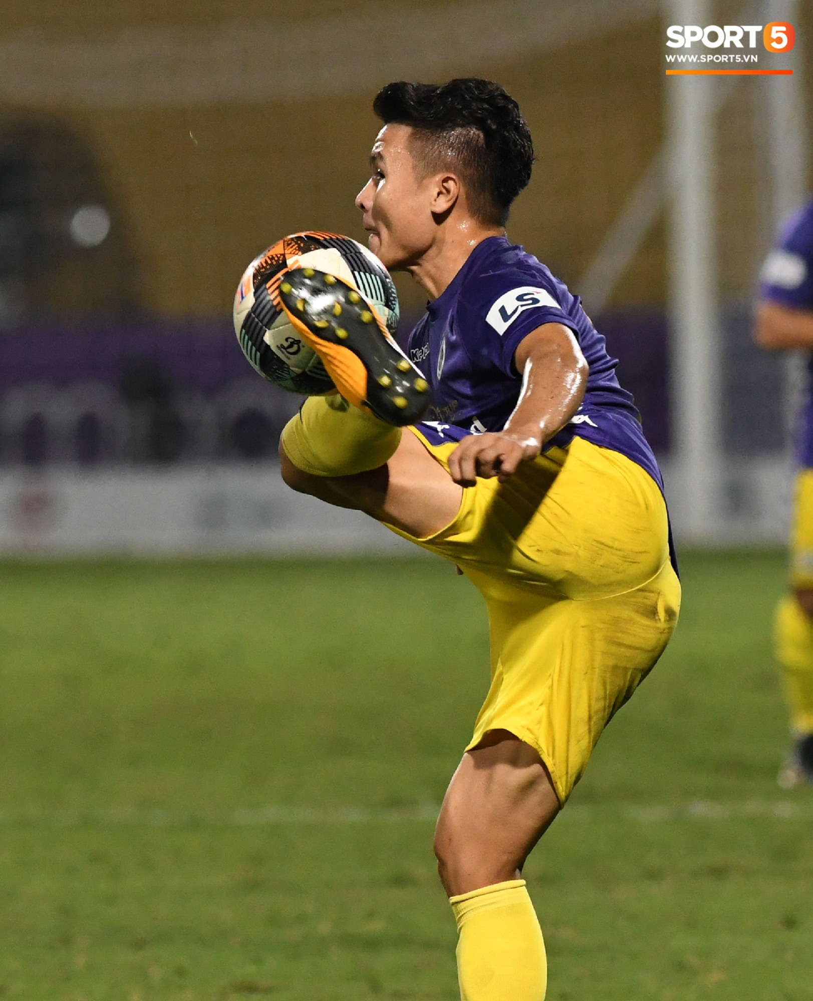 Quang Hải biểu diễn kỹ năng đỡ bóng không cần nhìn cực điệu nghệ, đi bóng khiến hàng thủ Viettel FC hỗn loạn - Ảnh 2.