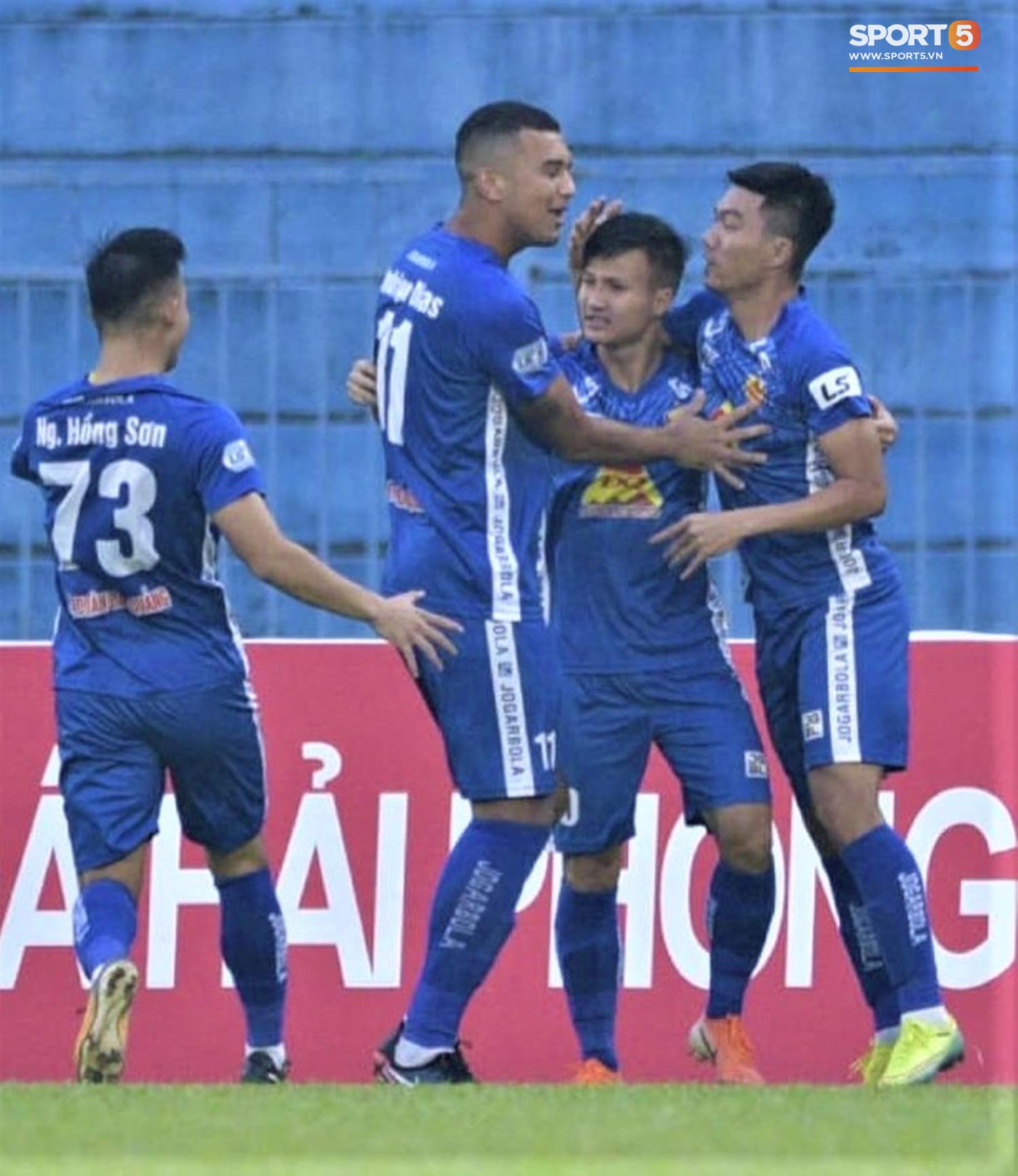 Cầu thủ Quảng Nam bật khóc, gục ngã khi phải rời giải đấu xịn nhất Việt Nam - Ảnh 7.