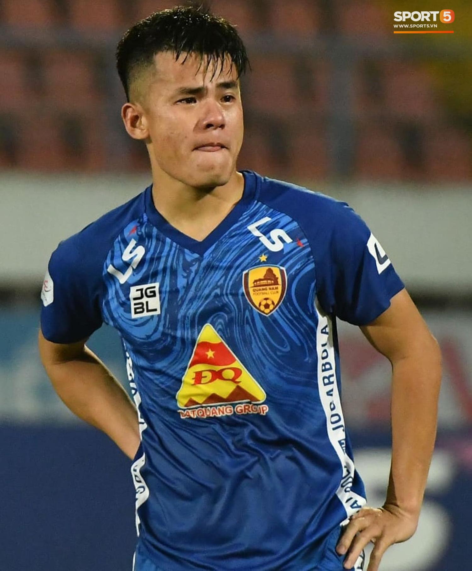 Cầu thủ Quảng Nam bật khóc, gục ngã khi phải rời giải đấu xịn nhất Việt Nam - Ảnh 3.
