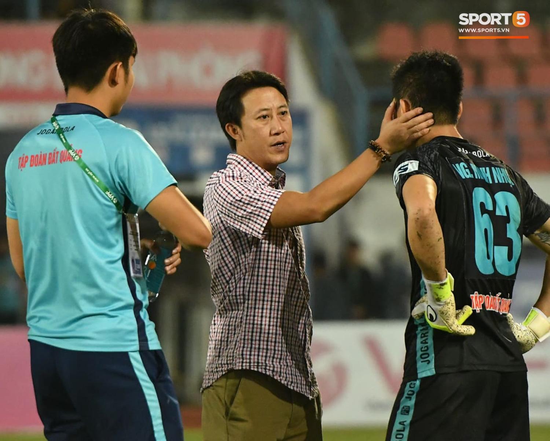 Cầu thủ Quảng Nam bật khóc, gục ngã khi phải rời giải đấu xịn nhất Việt Nam - Ảnh 4.