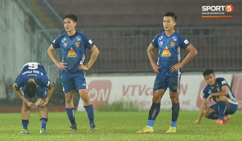 Cầu thủ Quảng Nam bật khóc, gục ngã khi phải rời giải đấu xịn nhất Việt Nam - Ảnh 1.