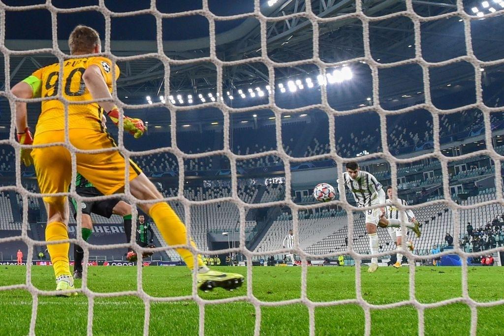 Ronaldo ghi bàn đưa Juventus vào vòng knock-out Champions League - ảnh 9