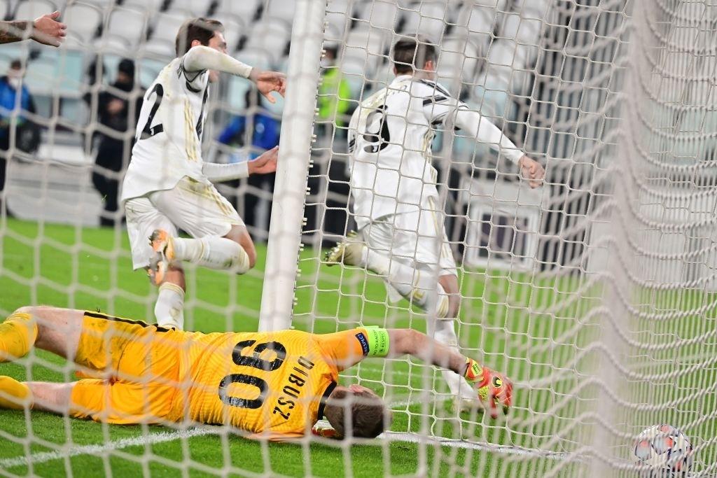 Ronaldo ghi bàn đưa Juventus vào vòng knock-out Champions League - ảnh 10