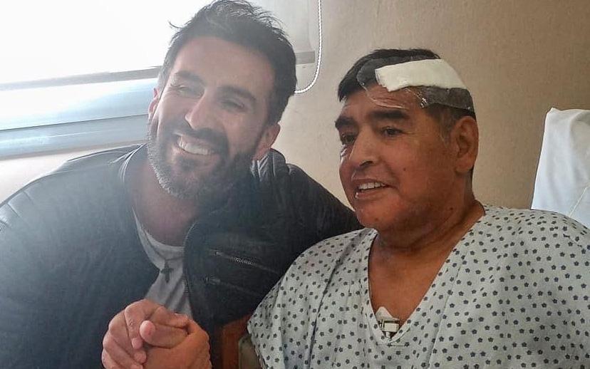 """Bác sĩ riêng phải xin lỗi gia đình Maradona vì đăng ảnh chụp chung với """"Cậu bé vàng"""""""