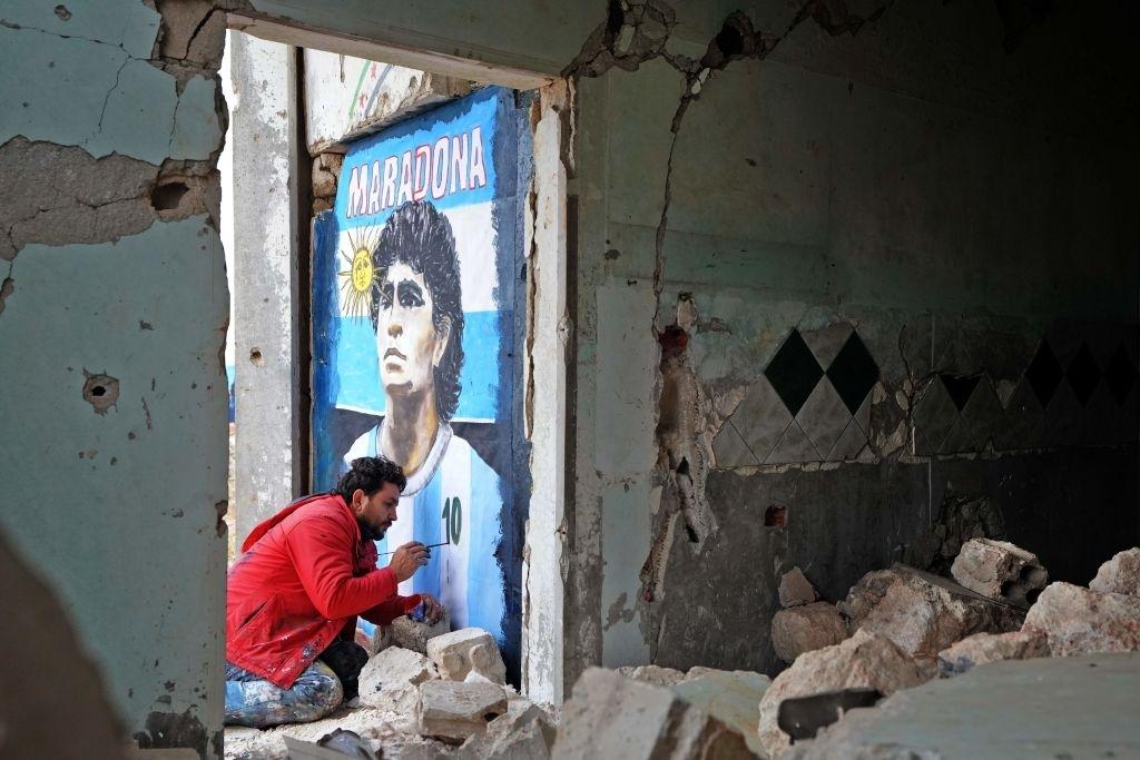 Xúc động bức họa tưởng nhớ Maradona trên nền căn nhà đổ nát giữa vùng chiến sự - ảnh 2