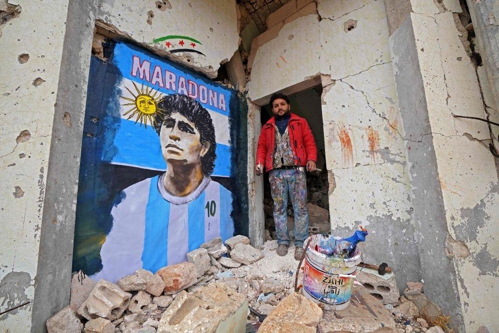 Xúc động bức họa tưởng nhớ Maradona trên nền căn nhà đổ nát giữa vùng chiến sự - ảnh 3
