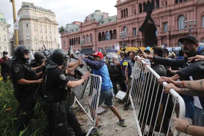 Xô xát xảy ra tại tang lễ của Maradona - Ảnh 2.