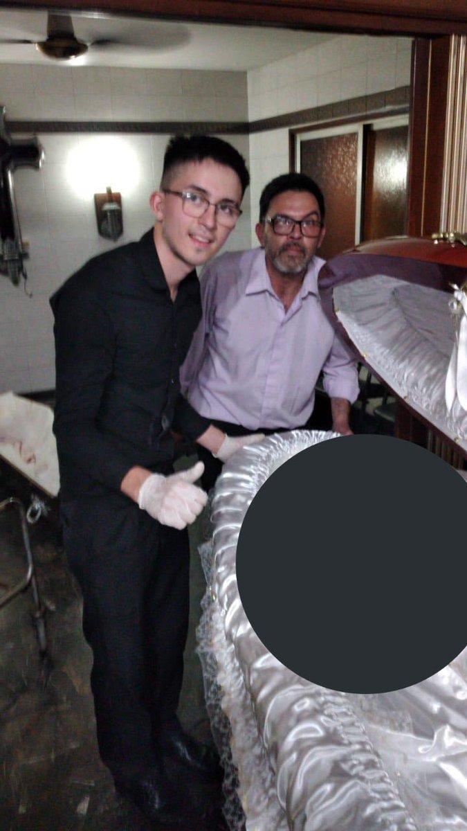Nhân viên tang lễ chụp ảnh bất kính đặt tay lên đầu Maradona - Ảnh 2.