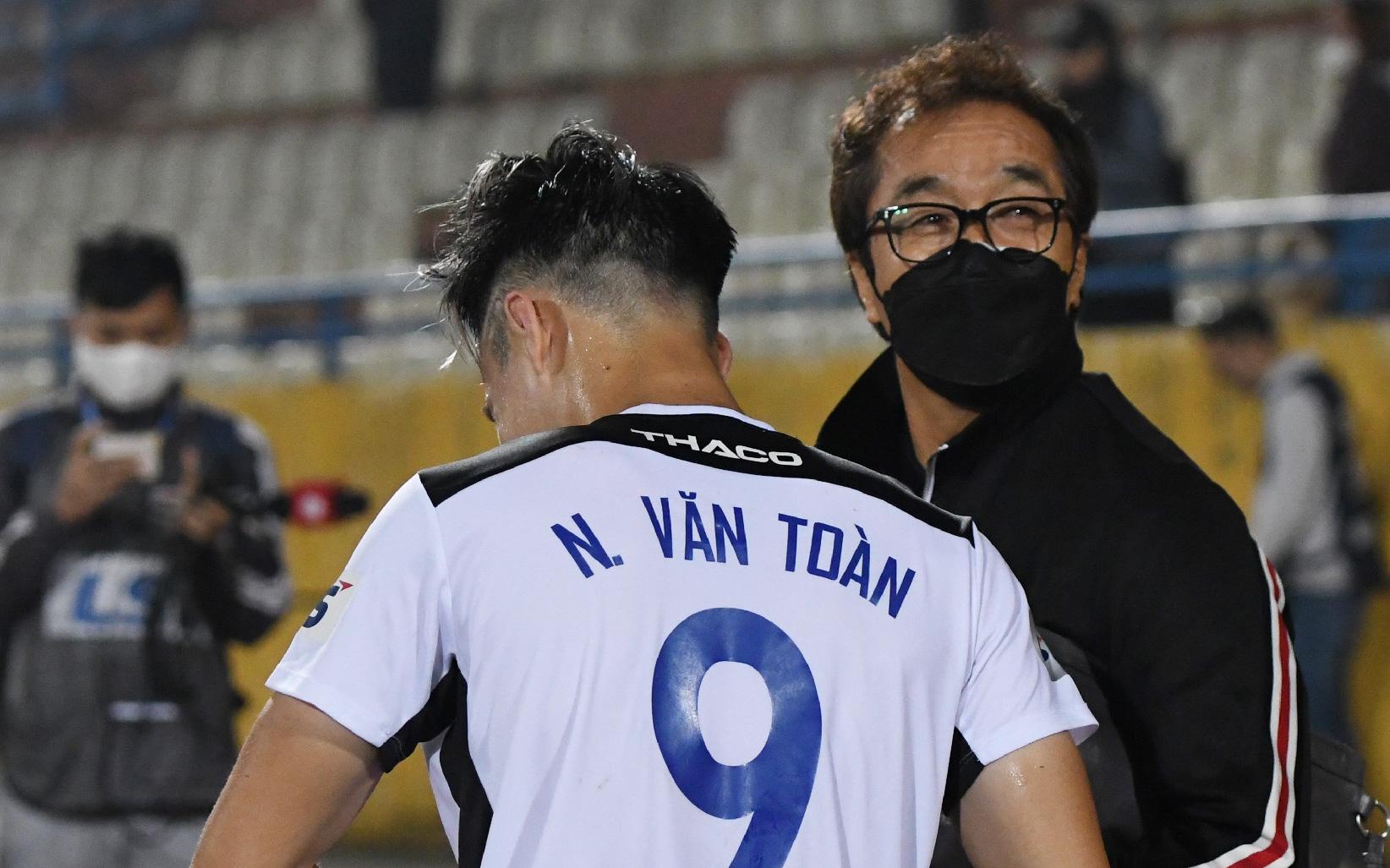 """Nhận là """"con trai"""" trợ lý Lee Young-jin, Văn Toàn bị dọa cho chạy 25 vòng làm mẫu khi lên ĐTQG"""
