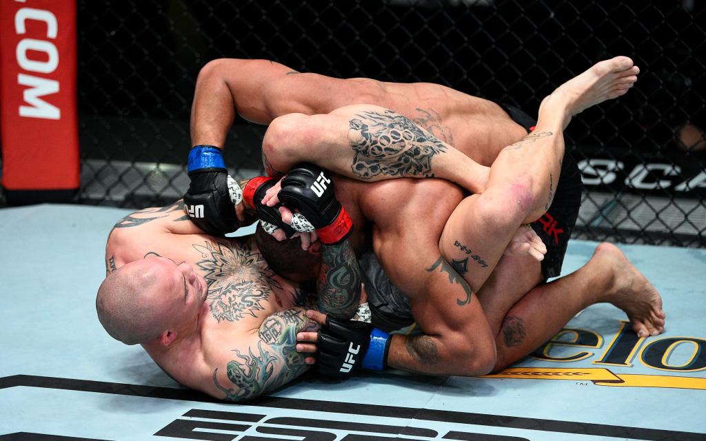 Anthony Smith giành chiến thắng thuyết phục trước đối thủ đồng hương, chính thức trở lại cuộc đua tới ngôi vương của UFC