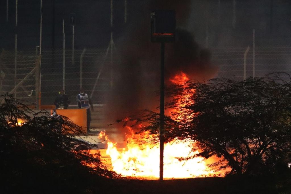 Màn thoát chết thần kỳ trên đường đua F1: Xe vỡ nát và bốc cháy ngùn ngụt hơn chục giây, tay đua mới lồm cồm thoát ra - ảnh 3